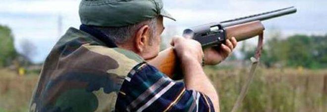 Appostato nel capanno, parte una fucilata che lo colpisce in faccia: cacciatore gravissimo