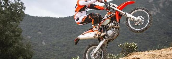 Su un sentiero in collina con la moto da cross: multa di 200 euro