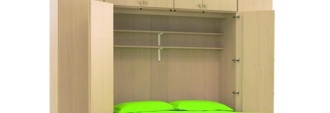 Provano il nuovo armadio letto che però crolla e rischia di soffocarli