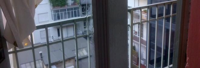 Bimbo di 8 anni cade dalla finestra e precipita per 7 metri gravissimo - Bimbo gettato dalla finestra ...