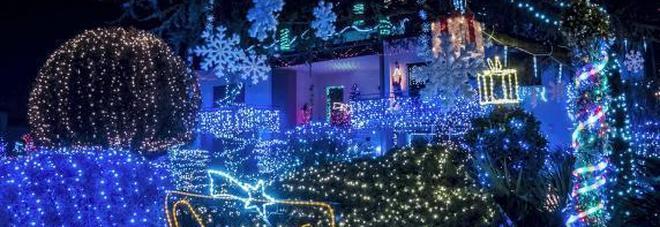Oscar e la sua casa magica per natale 55mila luci in giardino - Renna natalizia luminosa per giardino ...