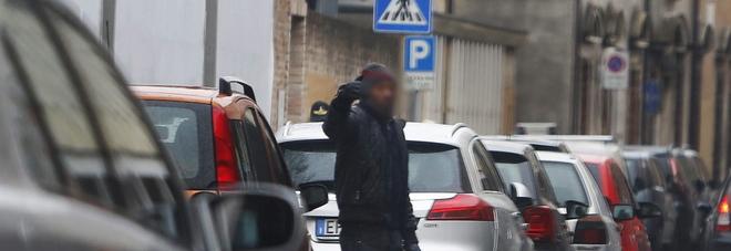 «Se non paghi, qui non parcheggi» Ma l'automobilista si ribella all'abusivo Violenta lite per il posto auto gratis