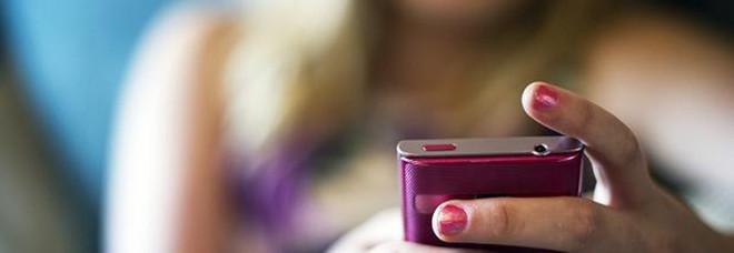 Registra per gelosia le telefonate della compagna: condannato a 6 mesi