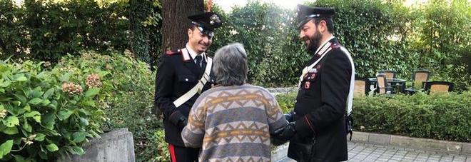 Sola in casa a Natale, 90enne chiama i carabinieri: «Mi fate un po' di compagnia?»