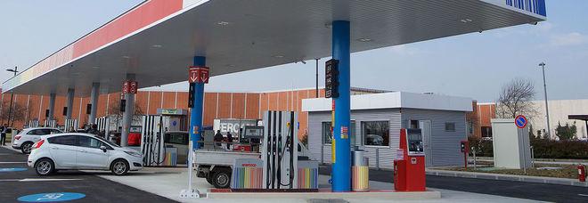 Gasolio al posto della benzina al distributore, decine di auto ko