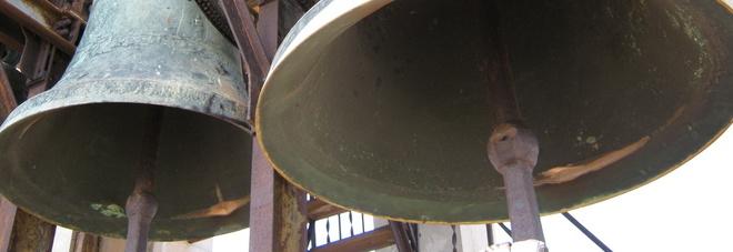 """Telecamera contro i vandali sulla chiesa immortala le coppiette """"hot"""". Parroco furioso: «Ecco cosa farò...»"""