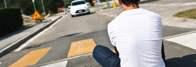 Folle gioco dei ragazzi: aspettano le auto e si lanciano sulle strisce