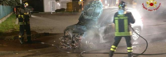 Qualcosa nell 39 auto non va scende e subito partono le fiamme for Subito udine auto