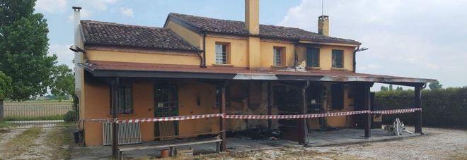 Decide di ospitare migranti la casa distrutta da un for Ospitare a casa