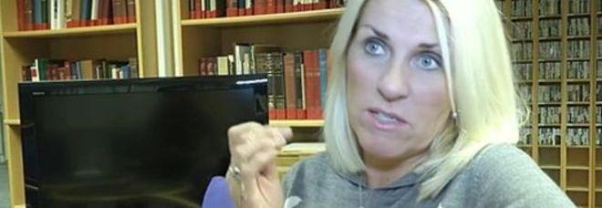 Giornalista licenziata perch porta la croce al collo - Si porta al collo ...