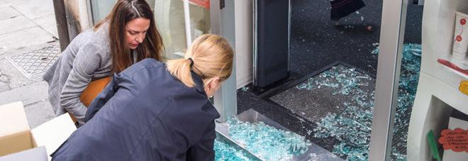Si porta il tombino in spalla per sfondare la vetrina in pieno centro