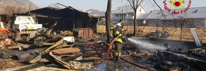 Baracca prende fuoco scoppiano le bombole di gpl panico for Baracca da cantiere usata