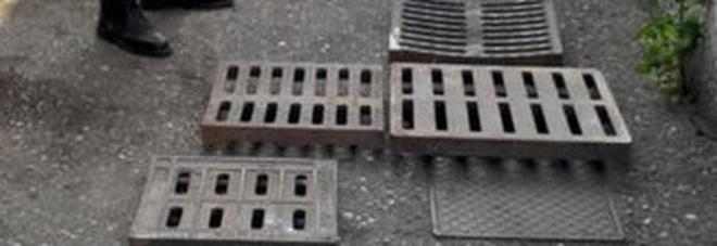 Rubati 20 tombini in pochi giorni: li usano per le spaccate nei negozi