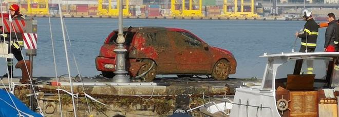 Una Clio ripescata dal mare, a bordo un cavadere: sarebbe un uomo scomparso nel 2017