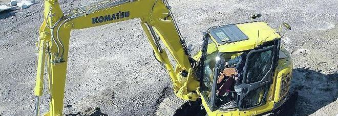 Boscaiolo muore schiacciato da un tronco, operaio 18enne grave: travolto da escavatore