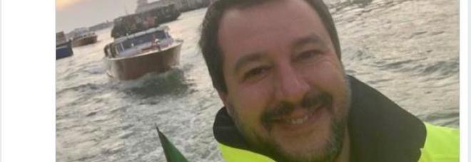 Critiche al selfie di Salvini sorridente: «Penso agli italiani»