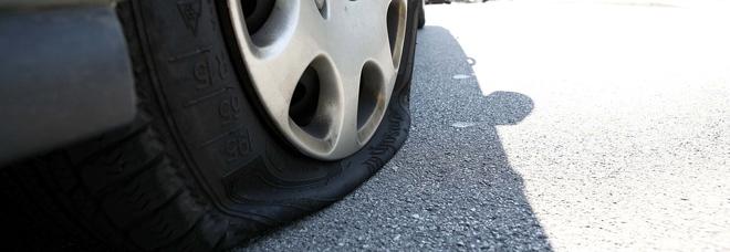 Respinto dall'amata, le buca le ruote dell'auto, peccato che la vettura fosse quella sbagliata
