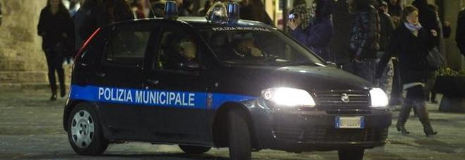 Va a prostitute a 90 anni: nonnino fermato dai vigili e multato di 450 euro