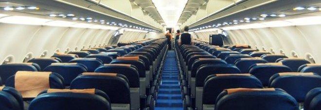«Basta, scendiamo»: passeggeri ribelli abbandonano l'aereo ...