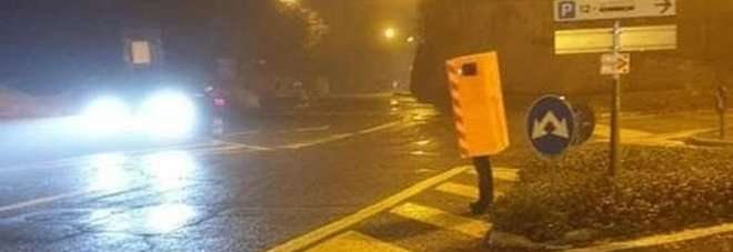 Si veste da autovelox per la festa di Halloween, la foto fa il giro del web: «È un genio»