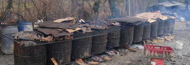 puzza e proteste i carabinieri nella cucina da campo dei ghanesi