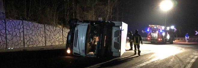 Camion che trasporta latte si rovescia su un fianco: conducente ferito /Foto