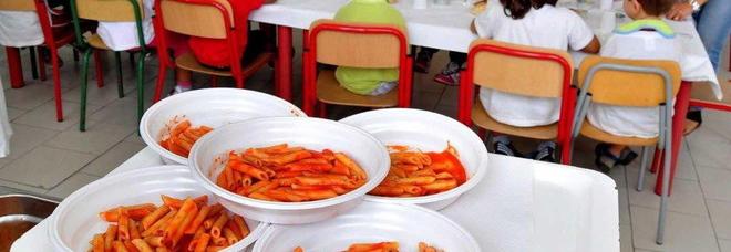 Bimbo allergico, in mensa a scuola costretto a mangiare in un angolo