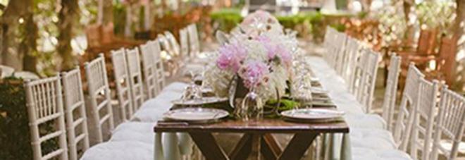 Si porta a casa il buffet degli sposi dopo aver regalato 5 dollari: l'ira della coppia