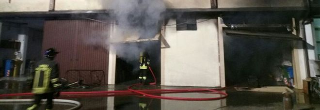 Fiamme in due garage: paura  per le due auto a gas posteggiate