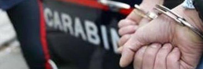 Si fa comprare 70 cellulari ma continua a picchiare i genitori adottivi: arrestato