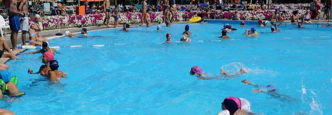 Che caldo che fa tutti a fare il bagno e i ladri svuotano la piscina - Bambolotti che fanno il bagno ...