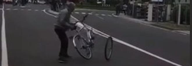 Giro, lancia una bici in strada poco prima del passaggio dei ciclisti