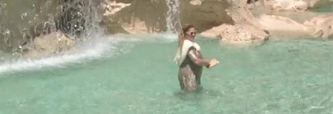 Come anita ekberg turista si fa il bagno nella fontana di trevi e viene multata video - Bagno nella fontana di trevi ...