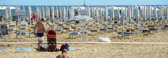 Matrimonio Spiaggia Bibione : Tendine per bambini proibite in spiaggia a bibione: scoppia il caso