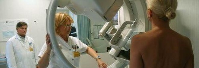Una paziente durante una mammografia
