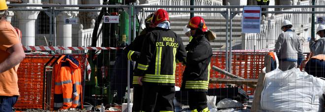 Operaio buca per errore la condotta del gas davanti a Palazzo Ducale
