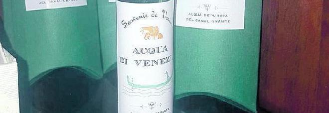 L'ultimo souvenir da Venezia: una bottiglia di acqua del Canal Grande (e non costa neanche poco...)