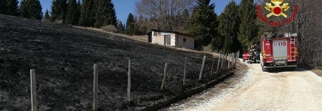 Sterpaglie in fiamme sulla strada del Forte, si sospetta un atto vandalico