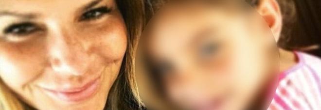 beve vino offerto dalle hostess sul volo, all`arrivo viene incarcerata insieme alla figlia di 4 anni