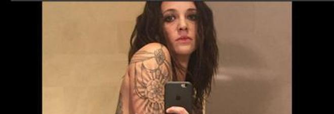 Asia argento nuda in bagno il selfie hot mostra il fisico statuario e i tatuaggi guarda - Selfie in bagno ...
