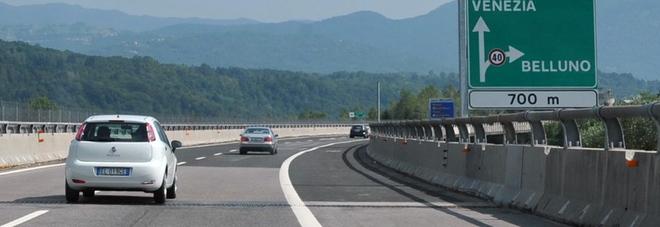 """«Veicolo contromano in autostrada»: A27 """"bloccata"""", poi la vettura scompare"""