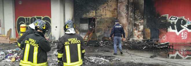 Fiamme e tanto fumo: a fuoco ricovero dei senzatetto nell'ex fabbrica
