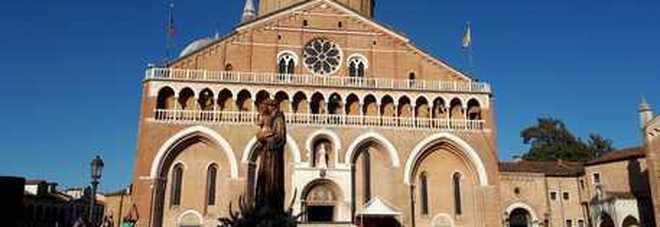 Single tutti al Santo, i frati: «L'anima gemella si trova con l'intercessione di Antonio»
