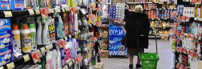 Anziana al supermercato in una foto d'archivio