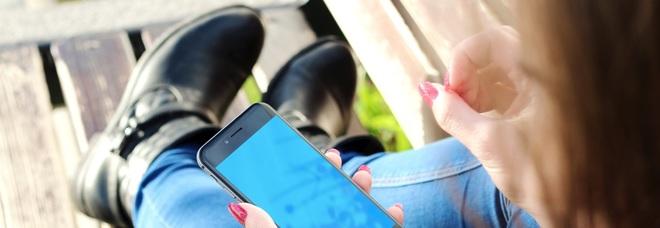 A 12 anni già dipendenti dal cellulare e il 92% dei ragazzini a quell'età ha già il proprio smartphone