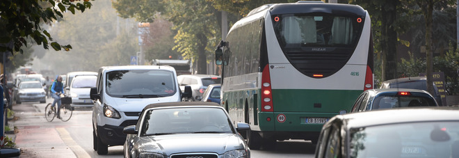 Senza biglietto sul bus: «Non pago»  E minaccia col coltello il controllore