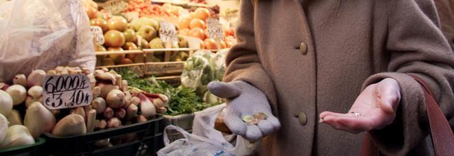 Un'anziana al supermercato