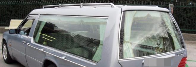 """Fermato e """"sequestrato"""" un carro funebre in viaggio per il funerale: è senza assicurazione"""