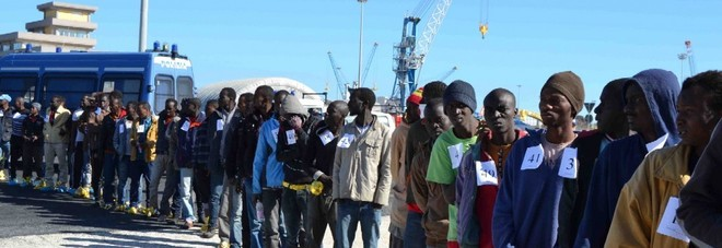 Flussi migranti, accordo in bilico. Via al vertice Europa-Libia-Tunisia