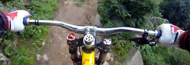 Rompe Il Freno Della Mountain Bike Sul Sentiero Di Montagna Gravissimo
